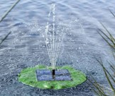 Solar Teichpumpe mit Fontäne schwimmendes Seerosenblatt -